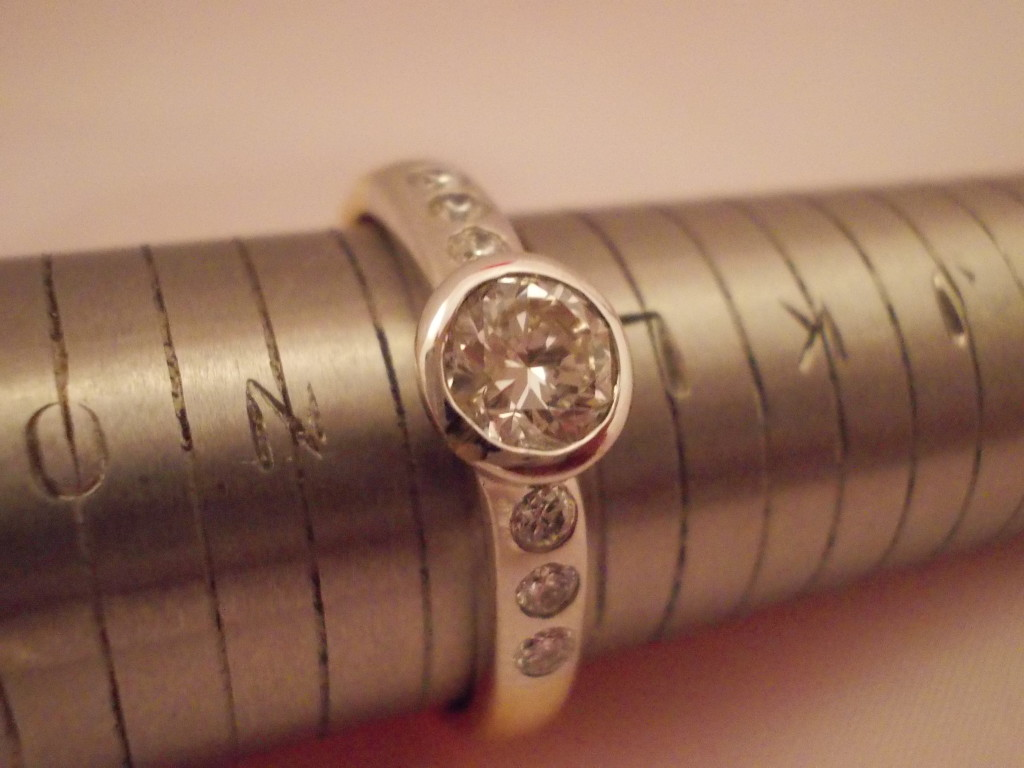 18ct white and yellow gold diamond solitaire 0.42ct